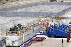 Нефтяное оборудование на месторождении Западная Курна в Басре 25 апреля 2012 года. Цены на нефть Brent повышаются и завершат июнь ростом впервые за пять месяцев благодаря заверениям чиновников ФРС, что центробанк не спешит сокращать программу скупки облигаций. REUTERS/Atef Hassan