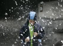 Мальчик играет у фонтана в Москве 20 июля 2009 года. Выходные дни в Москве будут жаркими и ненастными, ожидают синоптики. REUTERS/Alexander Natruskin