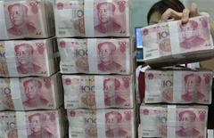 Le gouverneur de la banque centrale chinoise a cherché vendredi à apaiser les craintes sur une éventuelle crise des liquidités dans la deuxième puissance économique mondiale, en assurant que l'institution protégerait la stabilité des marchés. /Photo prise le 28 juin 2013/REUTERS/Jon Woo