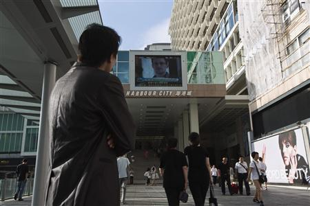 Edward Snowden, a former contractor at the National Security Agency (NSA), is seen during a news broadcast on a screen at a shopping mall in Hong Kong June 26, 2013. REUTERS/Tyrone Siu