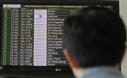 Мужчина смотрит расписание рейсов в аэропорту Шереметьево 27 июня 2013 года. Отец бывшего сотрудника ЦРУ Эдварда Сноудена дал интервью, в котором выразил уверенность, что при определенных условиях его сын вернется в Соединенные Штаты. REUTERS/Alexander Demianchuk