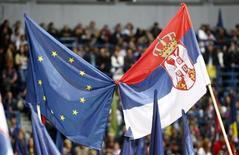 Сторонники лидера Демократической партии Бориса Тадича держат флаги Сербии и ЕС во время митинга в Белграде 17 мая 2012 года. Лидеры Евросоюза в пятницу разрешили Сербии начать к январю 2014 года переговоры о вступлении в блок. REUTERS/Ivan Milutinovic