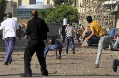 معارضو وانصار مرسي يشتبكون في منطقة سيدي جابر بالاسكندرية يوم الجمعة - رويترز