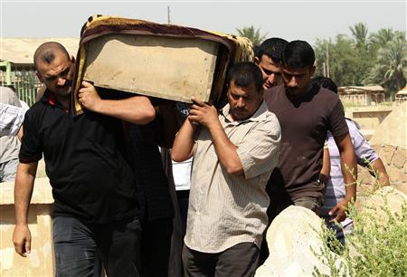 Relatives carry the coffin of a victim killed in one of two bomb attacks in Baquba, about 50 km (31miles) northeast of Baghdad, during a funeral, June 28, 2013. REUTERS/Stringer