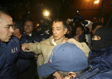 The former governor of Quintana Roo state Mario Villanueva (C) is arrested by members of Mexico's Federal Investigative Agency (AFI) moments after he was released from the maximum security prison of El Altiplano, Mexico June 21, 2007. REUTERS/Agencia MVT/Mario Vazquez de la Torre