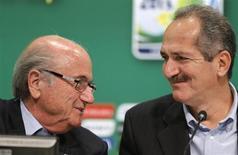 O presidente da Fifa, Joseph Blatter (esquerda), e o ministro do Esporte, Aldo Rebelo, concedem entrevista coletiva no Rio de Janeiro nesta sexta-feira. 28/06/2013 REUTERS/Sergio Moraes