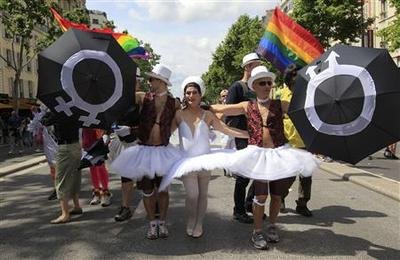 Hundreds of thousands out for London's gay pride