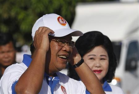 Cambodia's Prime Minister Hun Sen and his wife Bun Rany (R) arrive at an election campaign area in Phnom Penh June 27, 2013. REUTERS/Samrang Pring