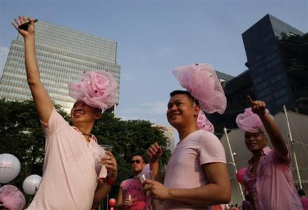 Participants dressed in pink enjoy a picnic before taking part in the forming of a giant pink dot at the Speakers' Corner in Hong Lim Park in Singapore June 29, 2013. REUTERS/Edgar Su