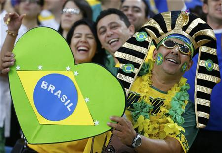 Fans of Brazil smile before the team's Confederations Cup final soccer match against Spain at the Estadio Maracana in Rio de Janeiro June 30, 2013. REUTERS/Kai Pfaffenbach (BRAZIL - Tags: SPORT SOCCER)