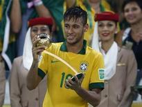 O atacante brasileiro Neymar ganha Bola de Ouro como melhor jogador da Copa das Confederações. REUTERS/Marcos Brindicci