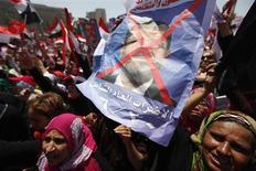 Демонстранты держат изображение президента Мохамеда Мурси на площади Тахрир в Каире 30 июня 2013 года. Миллионы демонстрантов вышли на улицы городов в Египте в воскресенье, чтобы потребовать отставки президента-исламиста Мохамеда Мурси. REUTERS/Mohamed Abd El Ghany