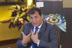 Президент Эквадора Рафаэль Корреа дает интервью Рейтер в Портовьехо 30 июня 2013 года. Судьбу экс-сотрудника американских спецслужб Эдварда Сноудена, томящегося в подмосковном аэропорту, должны решать власти России, заявил президент Эквадора, на чье гражданство рассчитывал беглый американец. REUTERS/Guillermo Granja