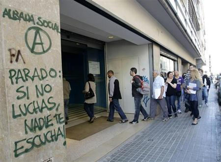 People enter an unemployment registry office in Mataro near Barcelona June 4, 2013. REUTERS/Gustau Nacarino