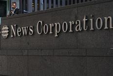 Les titres News Corp et 21st Century Fow pourraient réagir à l'ouverture de Wall Street. Les deux sociétés sont cotées ce lundi pour la première fois depuis la scission du groupe de Rupert Murdoch en deux entités séparées. /Photo prise le 28 juin 2012/REUTERS/Keith Bedford