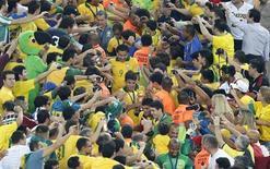Jogadores do Brasil passam por torcida no Maracanã após título da Copa das Confederações no domingo. REUTERS/Sergio Moraes