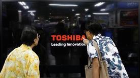 Покупатели рассматривают телевизор Toshiba Regza в магазине электроники в Иокогаме 25 июня 2013 года. Toshiba Corp заявила, что расширит свой завод по производству чипов флеш-памяти типа NAND в японском Йоккаити. REUTERS/Toru Hanai