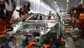 La baisse des ventes de voitures a ralenti en juin en Allemagne comme sur d'autres grands marchés de la zone euro, une évolution qui entretient l'espoir d'une stabilisation prochaine du marché. Les immatriculations de voitures neuves en Allemagne ont diminué d'environ 5% le mois dernier par rapport à juin 2012, a déclaré à Reuters mardi une source du secteur ayant connaissance des statistiques. /Photo prise le 11 avril 2013/REUTERS/Michaela Rehle