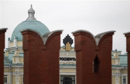 The logo of Russia's top crude producer Rosneft is seen at the company's headquarters, behind the Kremlin wall, in central Moscow May 27, 2013. REUTERS/Sergei Karpukhin
