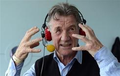 Comediante e apresentador Michael Palin em entrevista a uma rádio da BBC em Londres. Palin está assumindo o seu primeiro papel como ator em mais de 15 anos, atuando em um drama sobre soldados que produzem um jornal a partir dos campos de batalha da Primeira Guerra Mundial. 18/05/2013. REUTERS/Philip Brown