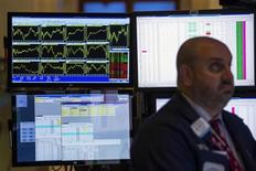 Трейдер на Нью-Йоркской фондовой бирже 1 июля 2013 года. Уолл-стрит начала торги вторника почти без изменений в ожидании данных о фабричных заказах в США и выступления президента ФРБ Нью-Йорка Уильяма Дадли, посвященного состоянию экономики. REUTERS/Lucas Jackson