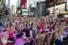 Un tribunal californiano ha rechazado impedir la enseñanza del yoga dentro de un programa de preparación física en los colegios, rechazando las alegaciones de unos padres que decían que las clases promovían de forma inconstitucional religiones orientales. En la imagen de archivo, una sesión masiva de yoga en Times Square, Nueva York, el 21 de junio de 2013. REUTERS/Lucas Jackson