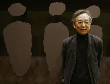 Chinese writer Gao Xingjian, winner of the 2000 Nobel Prize for Literature, poses for photographers after his news conference at the International Literature Festival ''Kosmopolis 08'' in Barcelona, October 22, 2008. REUTERS/Gustau Nacarino