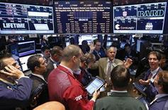 Трейдеры на Нью-Йоркской фондовой бирже 2 июля 2013 года. Американские акции снизились во вторник, так как индекс S&P 500 столкнулся с сопротивлением на уровне около его 50-дневного среднего скользящего значения, выше которого он не может закрыться в последние две недели. REUTERS/Brendan McDermid