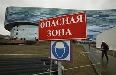 Предупреждающий знак у ледового дворца спорта в Сочи 10 февраля 2012 года. Лидер кавказских сепаратистов Доку Умаров призвал своих последователей сделать все возможное, чтобы не допустить проведения зимней Олимпиады в Сочи в 2014 году. REUTERS/Wolfgang Rattay