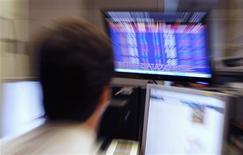 Trader à la Bourse de Lisbonne. Les Bourses européennes ont clôturé mercredi en baisse, pénalisées par les tensions politiques au Portugal et par le recul de l'activité dans les services en Chine. Paris a perdu 1,08%, Londres 1,17%, Francfort 1,03%, Milan 0,54% et Lisbonne a chuté de 5,31%. L'indice EuroStoxx 50 a perdu 1,2%. /Photo prise le 3 juillet 2013/REUTERS/José Manuel Ribeiro