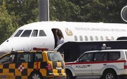 """El avión del presidente de Bolivia, Evo Morales, en el aeropuerto internacional de Viena en Schwechat, jul 3 2013. Bolivia acusó el miércoles a Washington de intentar """"secuestrar"""" al presidente Evo Morales, después de que países europeos obstaculizaron el sobrevuelo de su avión bajo sospecha de que transportaba al fugitivo ex contratista de seguridad estadounidense Edward Snowden. REUTERS/Heinz-Peter Bader"""