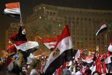 Explosion de joie des manifestants anti-Morsi, rassemblés place Tahrir au Caire. L'armée a démis le président Mohamed Morsi de ses fonctions et a suspendu temporairement la Constitution, mercredi, ouvrant une période de transition jusqu'à l'organisation de nouvelles élections présidentielle et parlementaires pour sortir l'Egypte de la crise politique. /Photo prise le 3 juillet 2013/REUTERS/Suhaib Salem