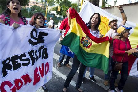 Supporters of Bolivia's President Evo Morales shout slogans in front of the Bolivian embassy in Caracas, July 3, 2013. REUTERS/Carlos Garcia Rawlins