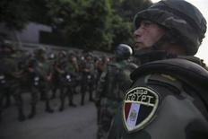 """Египетские военные рядом с противниками президента Мохамеда Мурси в Каире 3 июля 2013 года. Египетские военные свергли президента Мохамеда Мурси, вызвав ликование миллионов противников правления """"Братьев-мусульман"""" и поставив под вопрос будущее исламистов у власти в странах """"арабской весны"""". REUTERS/Amr Abdallah Dalsh"""
