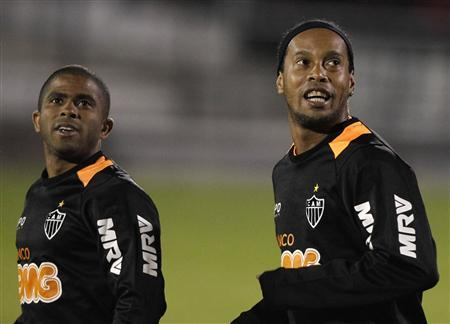 Ronaldinho (R) and Junior Cesar of Brazil's Atletico Mineiro take part during a training session ahead of their first leg Copa Libertadores semi-final soccer match against Newell's Old Boys of Argentina, in Rosario July 2, 2013. REUTERS/Enrique Marcarian