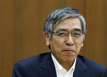 Le gouverneur de la Banque du Japon (BoJ) Haruhiko Kuroda a estimé jeudi que la politique monétaire ultra-accommodante adoptée par la banque centrale japonaise commençait à porter ses fruits, au vu de la reprise de l'économie et des signes d'une hausse des anticipations d'inflation. /Photo prise le 19 juin 2013/REUTERS/Issei Kato