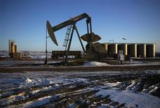 Нефтяной станок-качалка возле города Уиллистон в Северной Дакоте 12 марта 2013 года. Нефть Brent отступила от двухнедельного максимума в четверг, так как угроза срыва поставок с Ближнего Востока стала менее выраженной после того, как вооруженные силы Египта свергли президента, разрешив политический кризис. REUTERS/Shannon Stapleton
