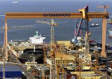 Верфь Daewoo Shipbuilding на острове Коджедо 15 мая 2001 года. Корейская Daewoo Shipbuilding & Marine Engineering построит 16 танкеров для перевозки сжиженного природного газа компании Ямал СПГ, сообщило российско-французское предприятие в четверг. Reuters