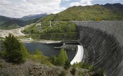 Вид на Саяно-Шушенскую ГЭС на Енисее 27 мая 2013 года. Крупнейшая в РФ гидрогенерирующая госкомпания РусГидро прогнозирует подъем производства электроэнергии на своих гидроэлекторостанциях на 8-10 процентов в текущем году несмотря на ожидаемое снижение в первом полугодии. REUTERS/Ilya Naymushin