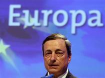 Presidente do Banco Central Europeu, Mario Draghi, dicursa durante conferência econômica em Berlim. A política do Banco Central Europeu (BCE) é de manter as taxas de juros nos níveis atuais, ou mais baixos, por um período prolongado de tempo, disse Draghi nesta quinta-feira, fornecendo aos mercados financeiros a orientação mais clara até agora sobre as taxas futuras. 25/06/2013. REUTERS/Fabrizio Bensch
