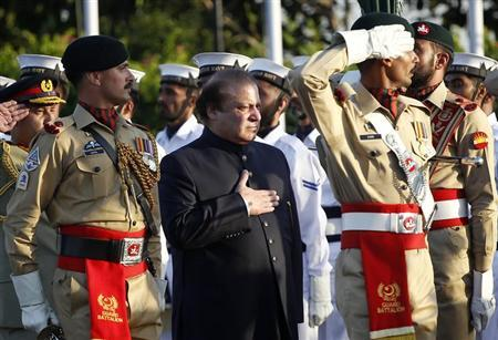 Pakistan's newly elected Prime Minister Nawaz Sharif (C) inspects the guard of honor during a ceremony as he arrives at the prime minister's residence after being sworn-in, in Islamabad June 5, 2013. REUTERS/Mian Khursheed