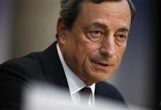 El presidente del Banco Central Europeo, Mario Draghi, durante la reunión mensual del organismo en Fráncfort, jul 4 2013. El Banco Central Europeo mantendrá las tasas de interés al nivel actual o más bajo por un largo período de tiempo, dijo el jueves el presidente del BCE, Mario Draghi, lo que dio a los mercados la guía más clara hasta la fecha sobre el futuro de los tipos. REUTERS/Ralph Orlowski