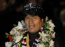 El presidente de Bolivia, Evo Morales, a su llegada al aeropuerto El Alto en La Paz, jul 3 2013. El presidente boliviano, Evo Morales, regresó a casa el miércoles tarde en la noche para recibir una bienvenida con honores, después de que su avión fuera desviado por países europeos ante rumores de que escondía al fugitivo Edward Snowden en un incidente que despertó la ira de Sudamérica. REUTERS/David Mercado
