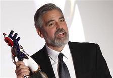 """El actor estadounidense George Clooney reacciona tras recibir el premio de Medios Alemanes en Baden Baden, feb 26 2013. El estreno mundial de la nueva película del director mexicano Alfonso Cuarón, """"Gravity"""", protagonizada por Sandra Bullock y George Clooney, inaugurará la 70 edición del Festival Internacional de Venecia que tendrá lugar el mes próximo. REUTERS/Lisi Niesner"""
