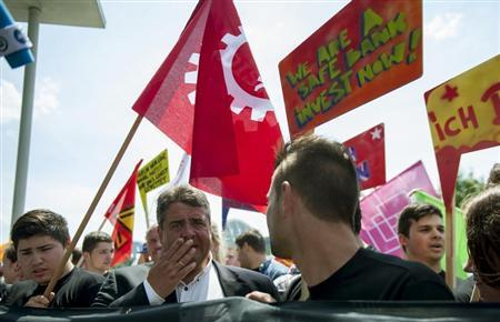 The leader of the Social Democratic Party (SPD) Sigmar Gabriel (2nd L) attends a rally organized by the SPD and labour unions outside the Chancellery, the venue of an EU summit on youth unemployment in Berlin, July 3, 2013. REUTERS/Thomas Peter