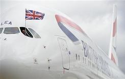 Un avión Airbus A380 de British Airways a su llegada a un hangar tras aterrizar en el aeropuerto de Heatrow en Londres, jul 4 2013. La aerolínea British Airways dio la bienvenida a su primer modelo Airbus A380, el avión comercial más grande del mundo, en medio de una actualización de sus aeronaves que tiene un costo de 15.000 millones de dólares. REUTERS/Paul Hackett