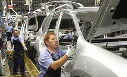 Operários trabalham em linha de montagem da Renault em São José dos Campos. A indústria brasileira produziu 320,8 mil veículos em junho, volume recorde para o mês, apesar de ser uma queda de 7,8 por cento sobre maio, informou nesta quinta-feira a associação que representa o setor, Anfavea. 2/08/2012. REUTERS/Rodolfo Buhrer
