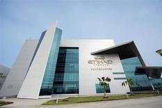 Etihad Airways, transportateur aérien basé à Abou Dhabi, est tout près d'un accord portant sur une entrée dans le capital de la compagnie serbe déficitaire JAT Airways, rapporte le journal Blic. /Photo prise le 7 novembre 2012/REUTERS/Ben Job