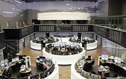 Les Bourses européennes sont passées dans le rouge vendredi à mi-séance, à l'exception de Londres, malgré les déclarations rassurantes du président de la Banque centrale européenne (BCE) Mario Draghi la veille. À Paris, après une ouverture positive, l'indice CAC 40 reculait de 0,12% à 3.804,86 points vers 11h GMT, et à Francfort, le Dax cédait 0,2%. L'indice paneuropéen EuroStoxx 50 cédait 0,22%. /Photo prise le 5 juillet 2013/REUTERS/Remote/Stringer
