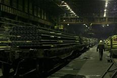 Рабочий в цеху Новокузнецкого металлургического комбината 18 декабря 2008 года. Российские стальные концерны, почти синхронно вводя новые мощности по производству сортового проката в этом году, рассчитывают заместить украинский импорт на рынке РФ и просят правительство им в этом помочь. REUTERS/Denis Sinyakov